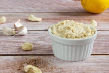 Kešu sýrovo-česneková pomazánka/dip (paleo, Whole30, lowcarb, keto)